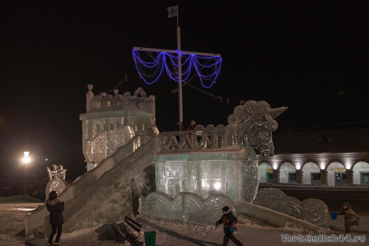 Ледяной корабль в центре галича